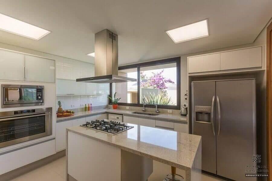 decoração de cozinha com balcão de granito no meio com cooktop Foto Jannini Sagarra
