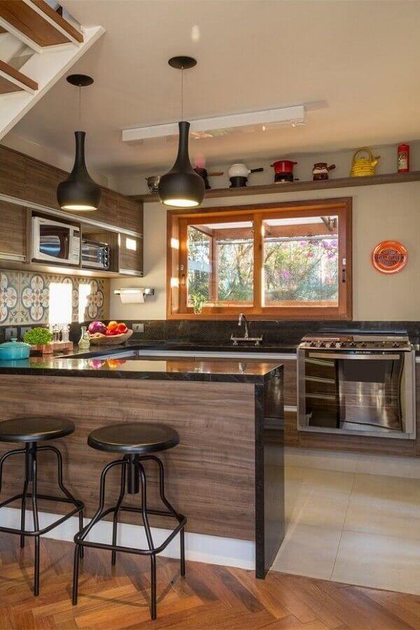 decoração de cozinha com balcão em U planejada Foto Lore Arquitetura