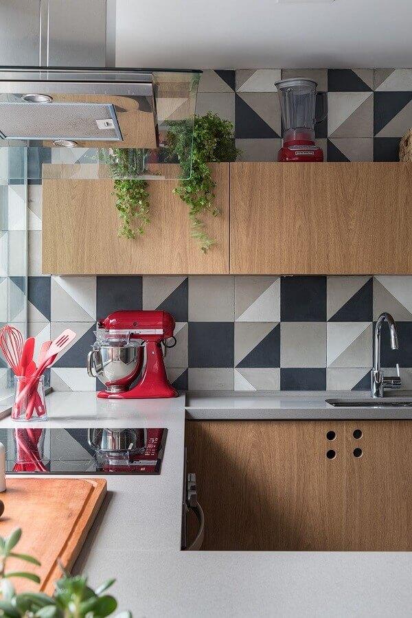 decoração de cozinha de madeira com revestimento cinza geométrico Foto Marina Carvalho