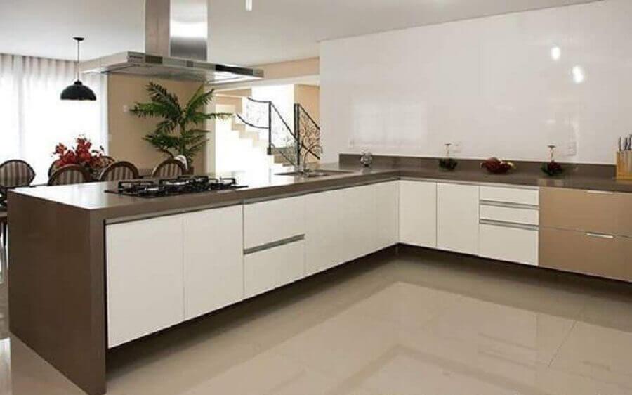 decoração de cozinha grande com balcão de canto  Foto Pinterest