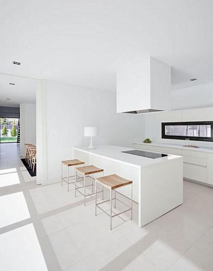 decoração de cozinha minimalista branca com banquetas de madeira  Foto ArqDrops