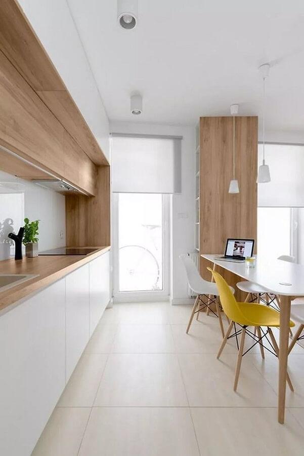 decoração de cozinha minimalista branca com madeira Foto Deavita