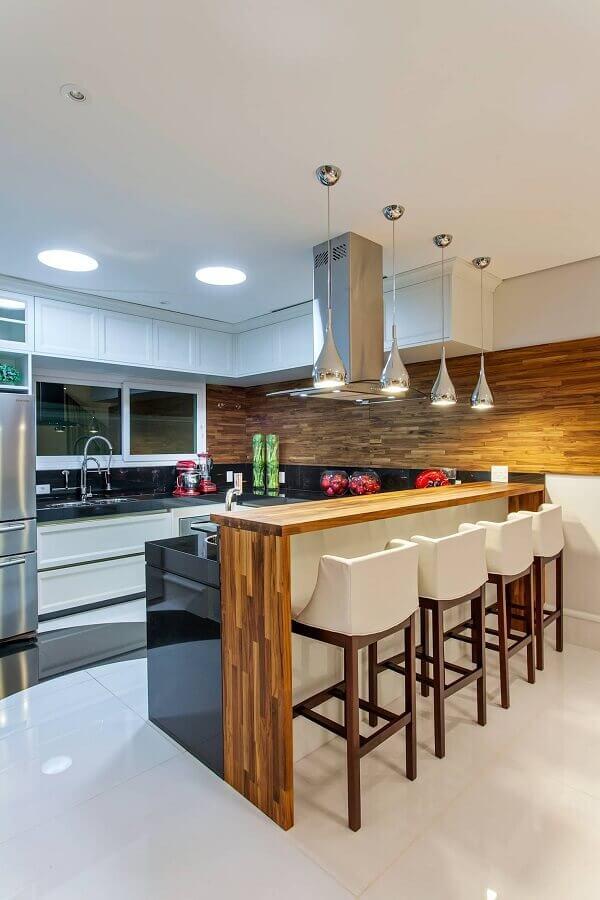 decoração de cozinha planejada com balcão de granito preto e bancada de madeira Foto Decor Salteado