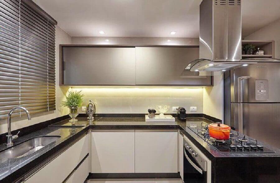 decoração de cozinha planejada com balcão em U com cooktop Foto MM Baptista Arquitetura