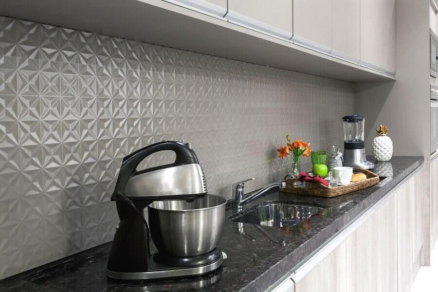 decoração de cozinha planejada com revestimento 3D cinza Foto Pinterest