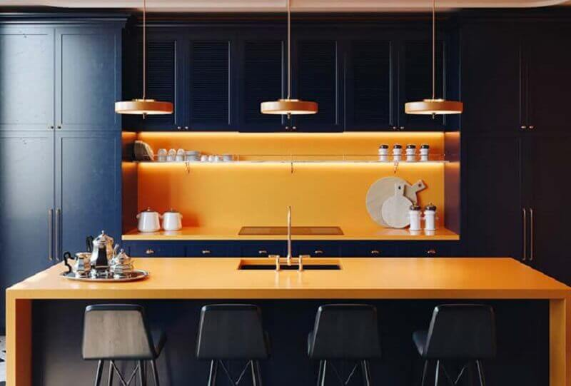decoração de cozinha preta com balcão no meio laranja Foto Pinterest