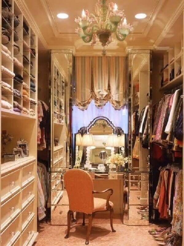 decoração de luxo para closet feminino com penteadeira Foto Pinterest