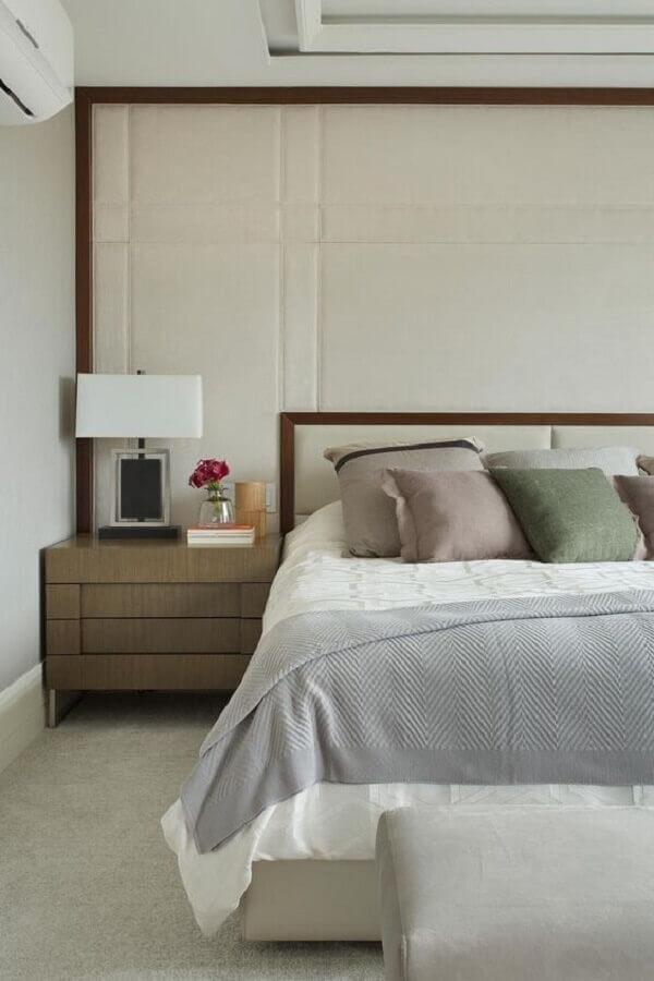 decoração de quarto bege com moldura de madeira para parede estofada  Foto Casa de Valentina