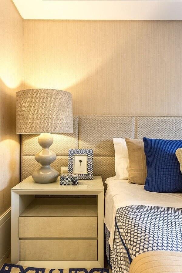 decoração de quarto bege e azul com cabeceira estofada planejada  Foto Histórias de Casa