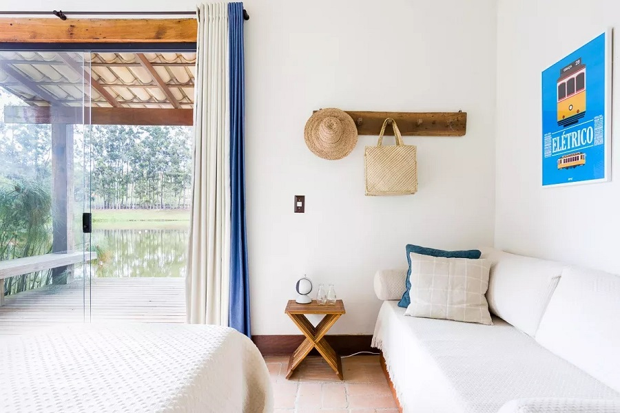 decoração de quarto branco com cabideiro de parede  Foto MMagalhães Estúdio