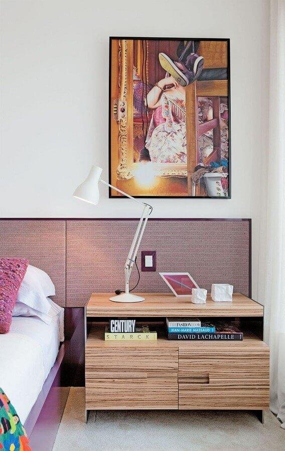 decoração de quarto branco planejado com criado mudo de madeira Foto Pinterest