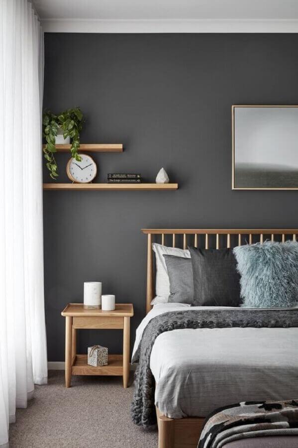 decoração de quarto cinza com cama e criado mudo simples de madeira Foto Arkpad