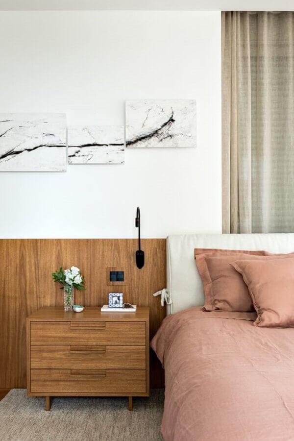 decoração de quarto com cabeceira e criado mudo de madeira  Foto Archdaily