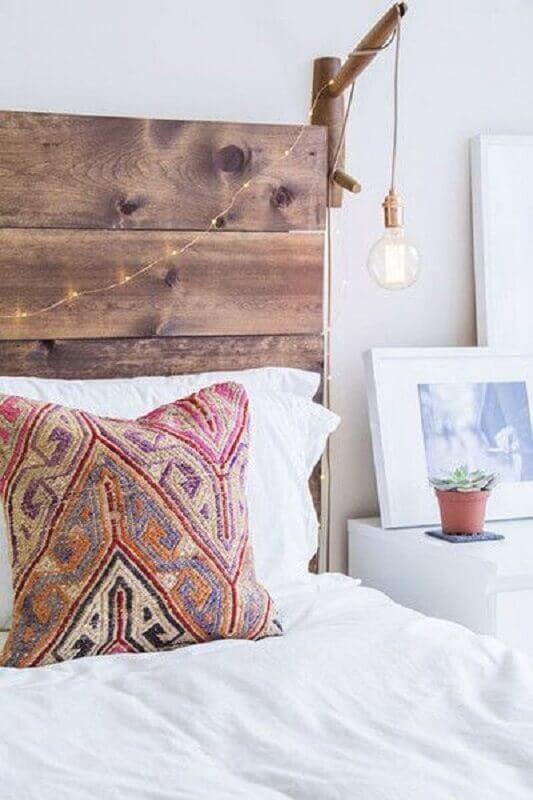 decoração de quarto com cabeceira rústica e luminária de parede de madeira Foto Lonny Magazine