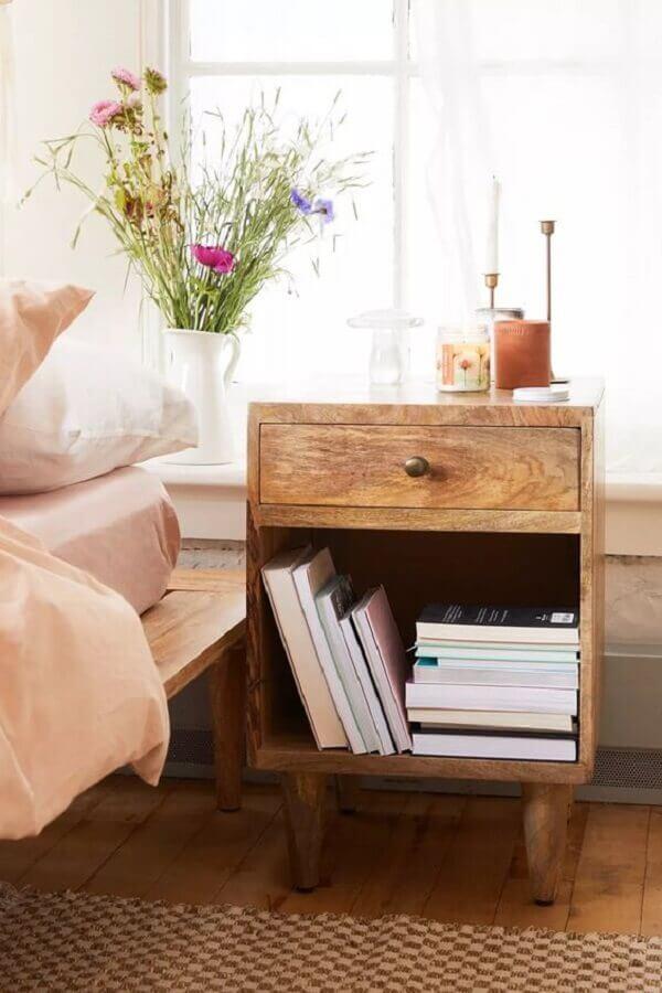 decoração de quarto com criado mudo rústico de madeira com gaveta Foto Urban Outfitters