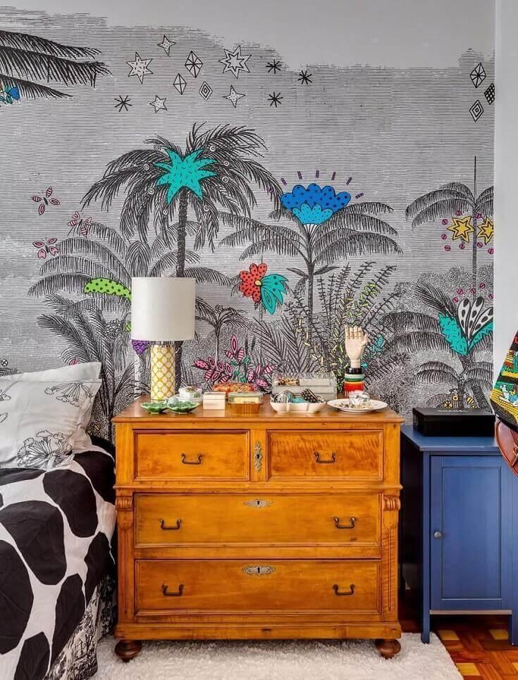 decoração de quarto com papel de parede cinza e criado mudo de madeira antigo  Foto Home Decoo