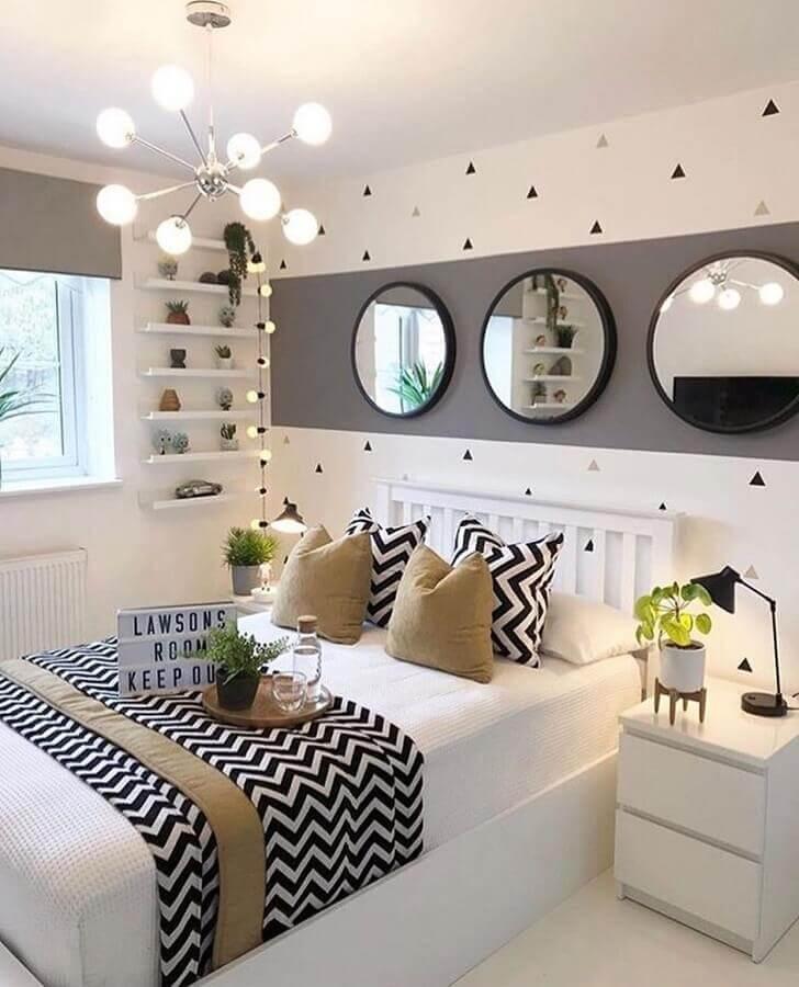 decoração de quarto de mulher cinza e branco com espelhos redondos Foto Oppa Design
