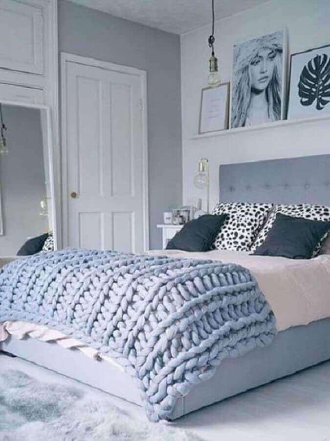 decoração de quarto de mulher cinza e branco com prateleiras para quadros Foto Pinterest