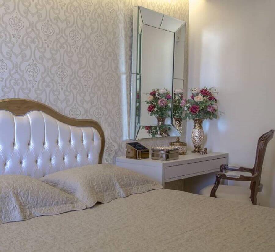 decoração de quarto de mulher com papel de parede clássico e espelho sem moldura Foto Monise Mendonça