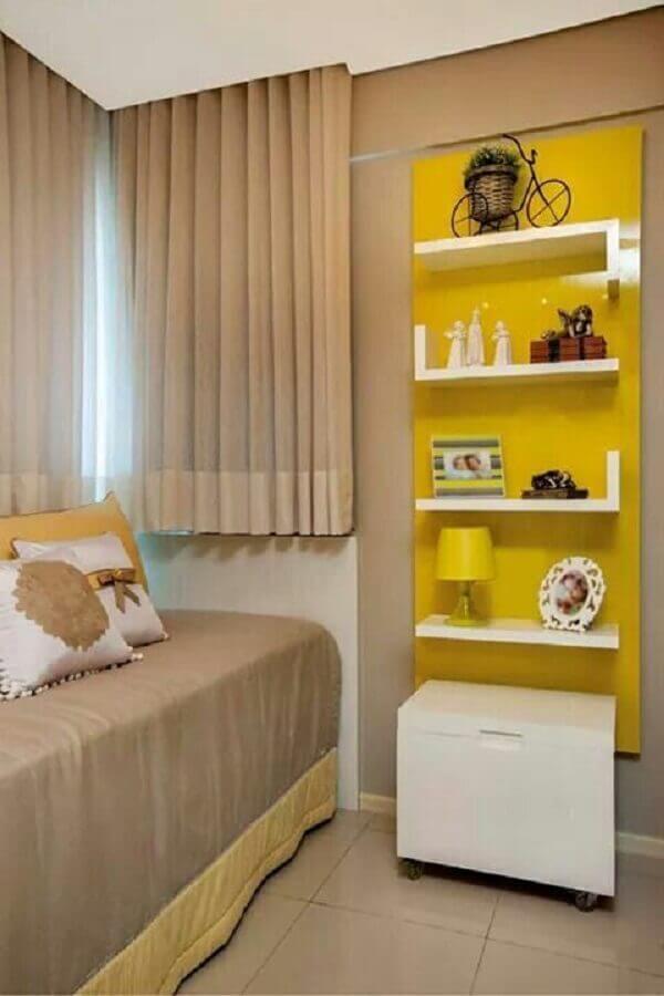 decoração de quarto de solteiro bege com detalhes em amarelos Foto Pinterest