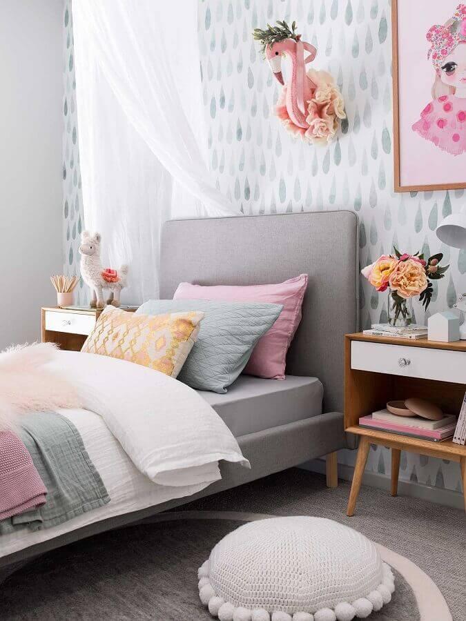 decoração de quarto feminino cinza e rosa com criado mudo de madeira retrô Foto Pinterest