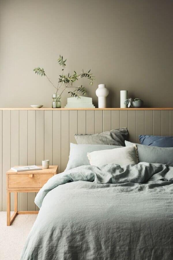 decoração de quarto minimalista cinza com criado mudo de madeira clara Foto CASA100 Arquitetura