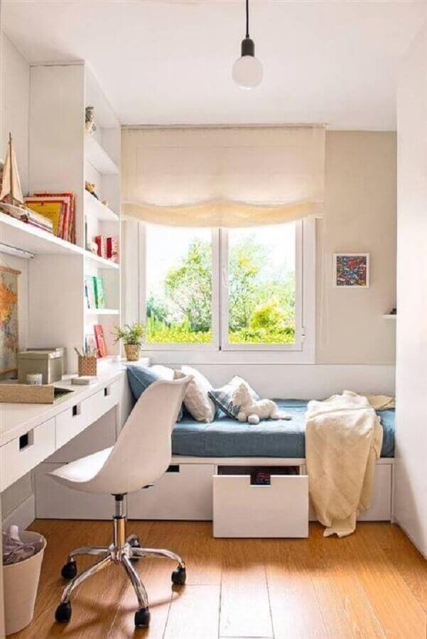 decoração de quarto planejado com cadeira de estudo giratória branca Foto El Mueble
