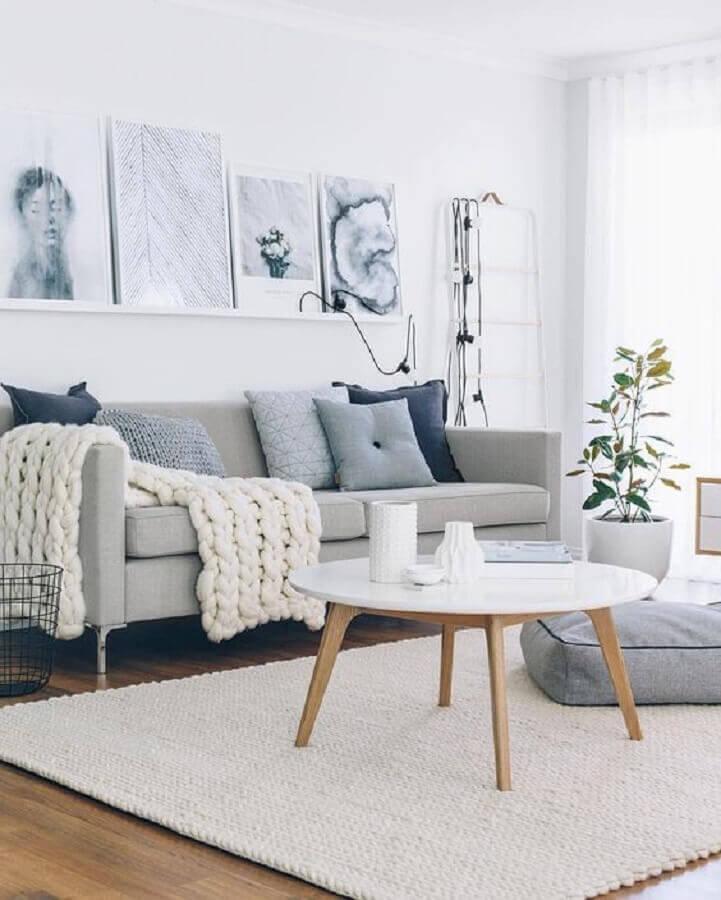 decoração de sala cinza com tapete de crochê e mesa de centro redonda retrô Foto Pinterest