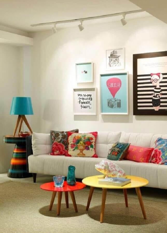 decoração de sala com almofadas e mesa de centro redonda coloridas Foto Decostore