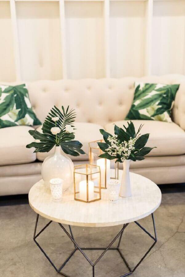decoração de sala com mesa de centro redonda aramada Foto Style Me Pretty