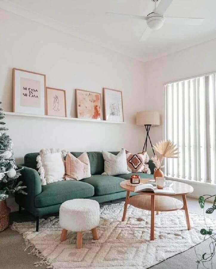 decoração de sala com sofá verde e mesa de centro redonda de madeira Foto Home Fashion Trend