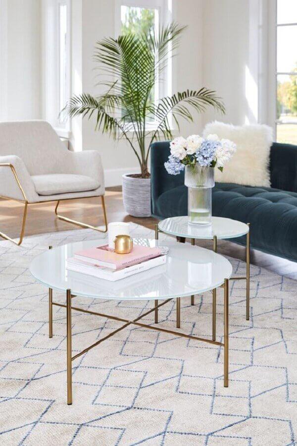decoração de sala de estar branca com mesa de centro redonda com pés dourados Foto Article