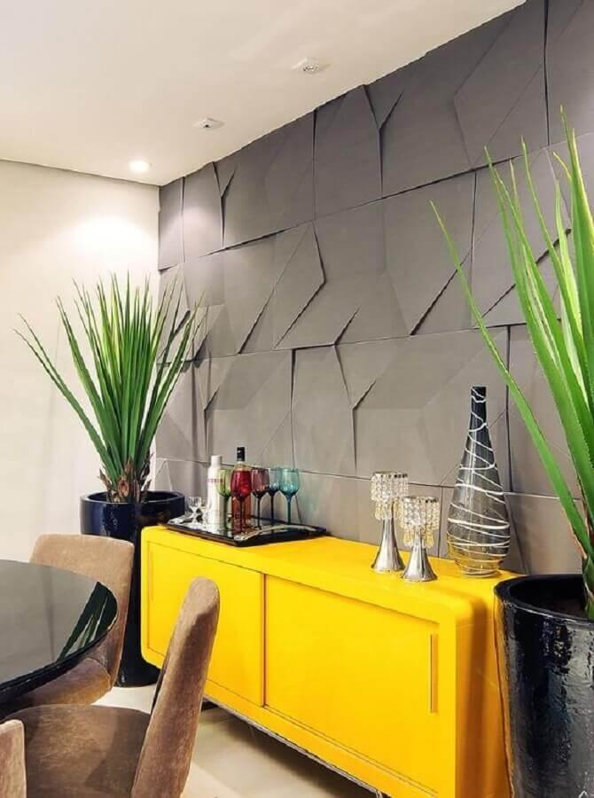 decoração de sala de jantar com buffet amarelo e revestimento 3D cinza Foto Castelatto Pisos e Revestimentos