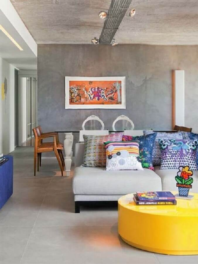 decoração de sala estilo industrial com mesa de centro redonda amarela  Foto Histórias de Casa