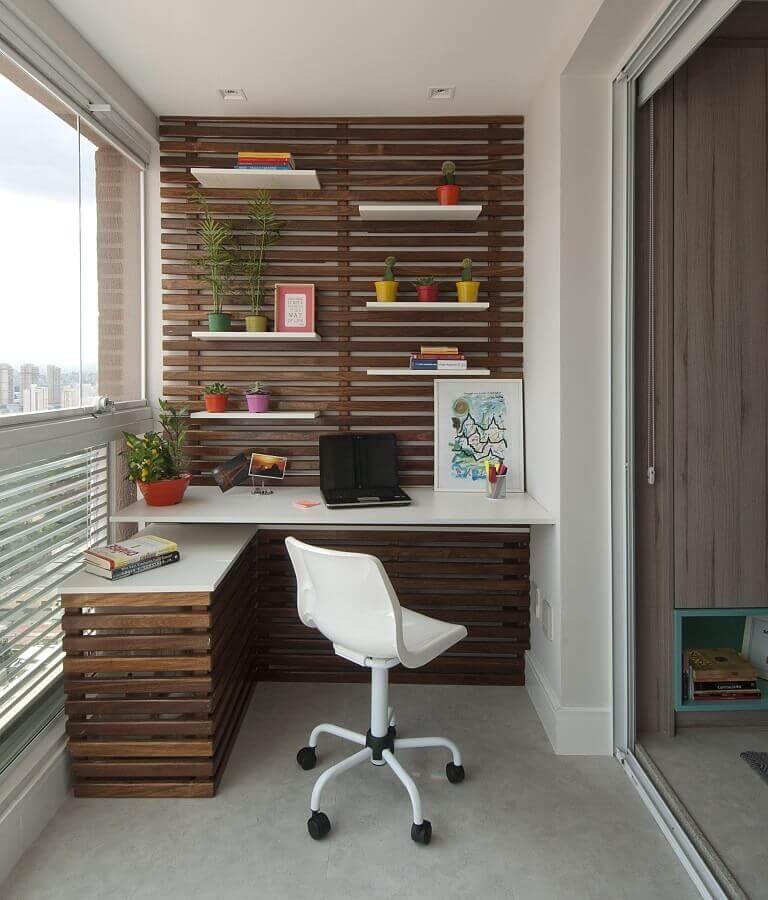 decoração de varanda com bancada branca e cadeira de estudo giratória Foto Jeito de Casa