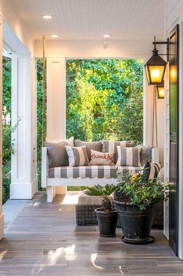 decoração de varanda com luminária antiga de parede e balanço suspenso Foto Pinterest