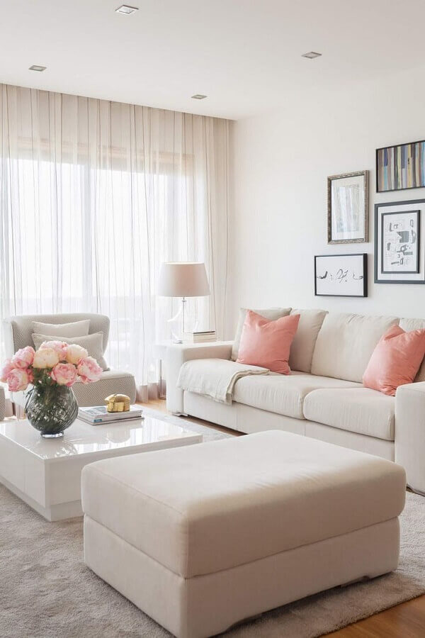decoração delicada com almofadas para sala branca e rosa  Foto Homify