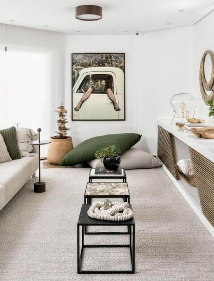 decoração em cores claras com almofadas de chão para sala de estar Foto Pinterest