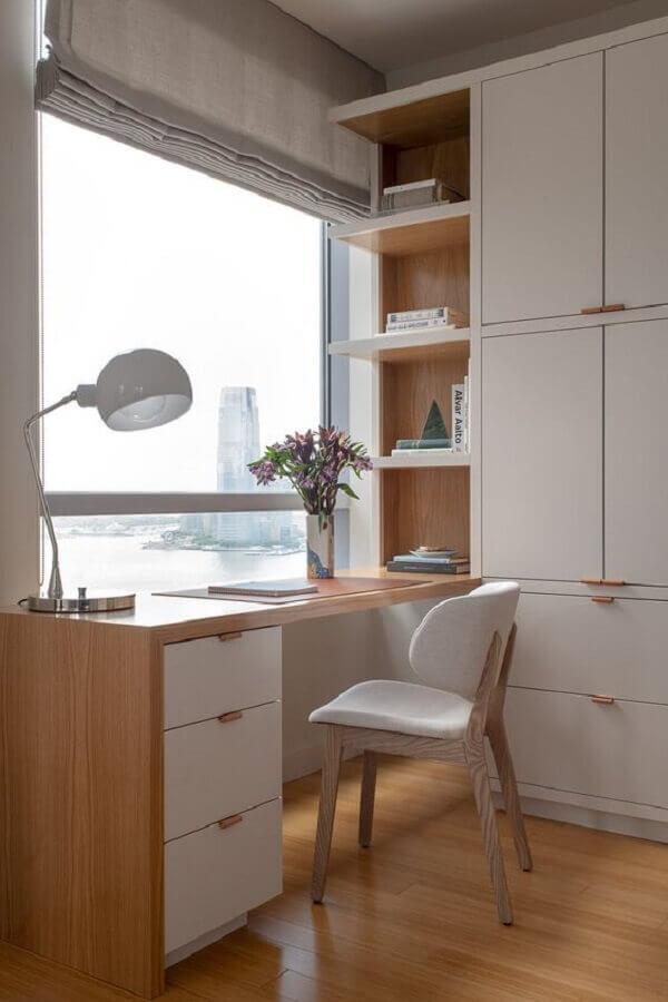 decoração em cores claras com mesa de estudo com cadeira estofada Foto HCO Interiores