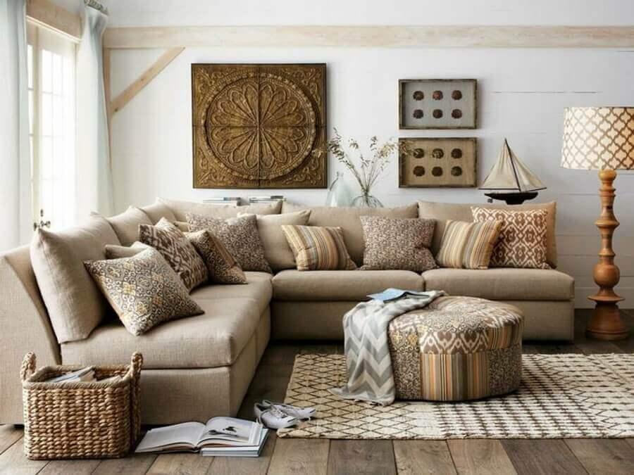 decoração em cores neutras com almofadas para sala de estar rústica  Foto Houzz