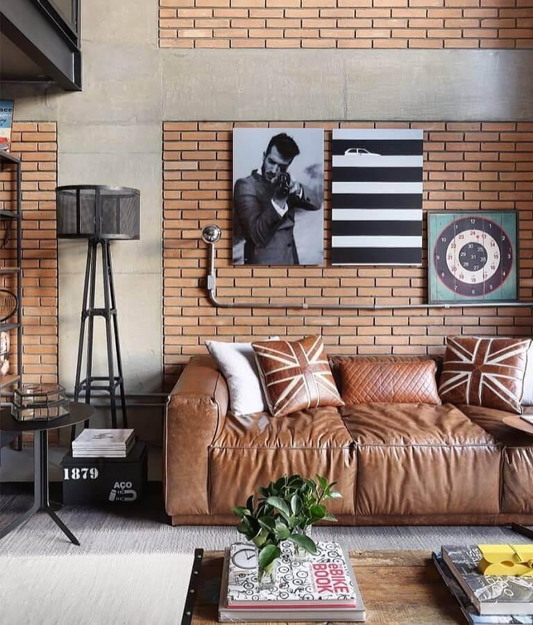 decoração estilo industrial com almofadas para sala com sofá de couro e parede de tijolinho Foto Pinterest