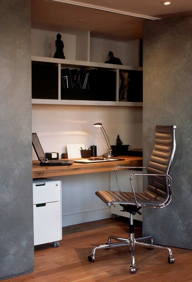decoração estilo industrial com bancada de madeira suspensa e cadeira de estudo confortável Foto Arbo Imóveis