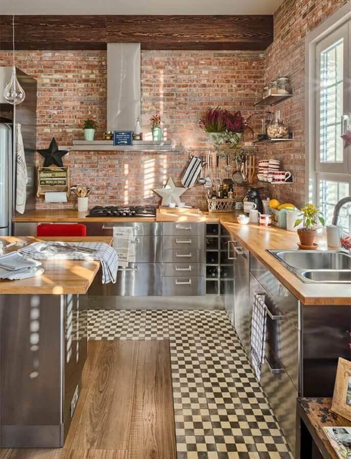 decoração estilo industrial para cozinha com balcão de madeira e armários de inox  Foto Pinterest