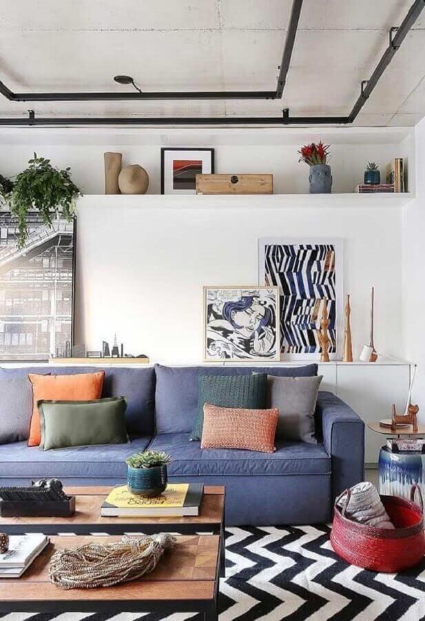 decoração moderna com almofadas coloridas para sala com sofá azul Foto Histórias de Casa