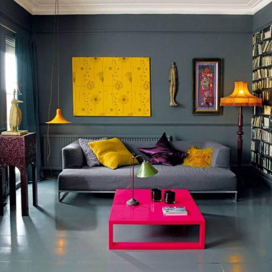 decoração moderna com almofadas diferentes para sala cinza com mesa de centro rosa Foto Pinterest