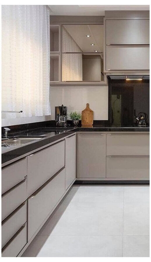 decoração moderna com armário aéreo espelhado para cozinha com balcão de canto Foto Jeito de Casa