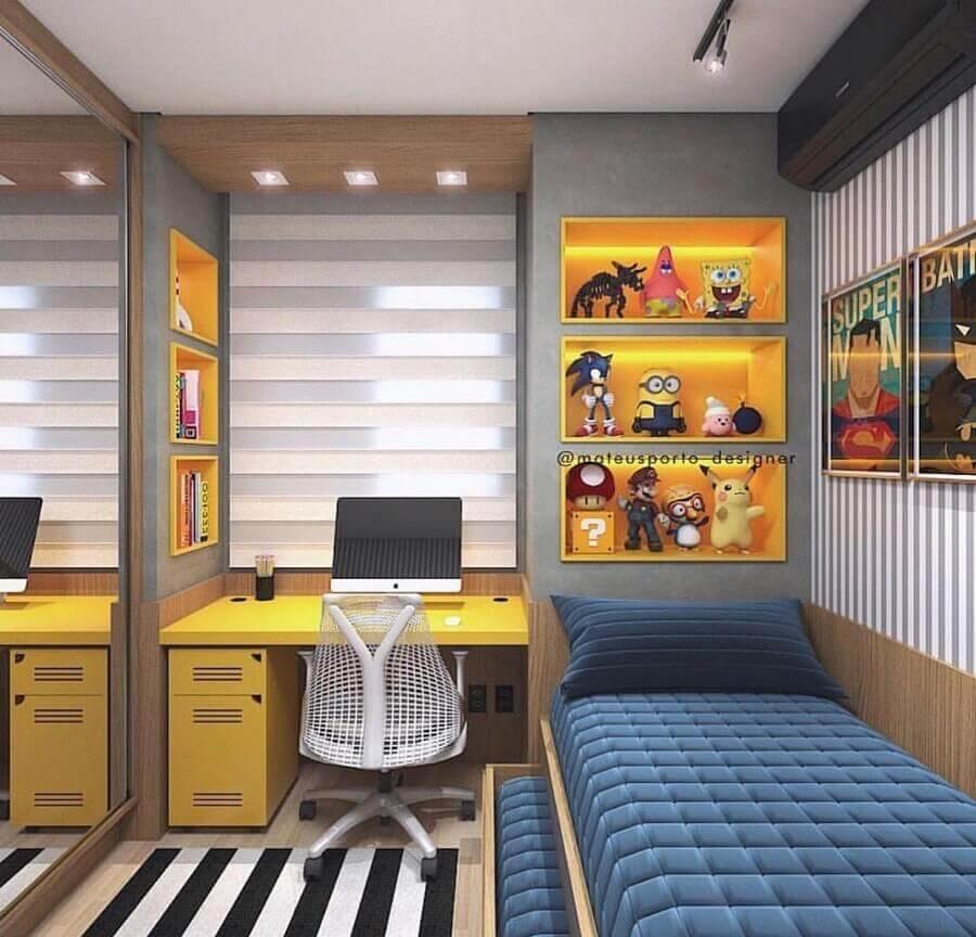 decoração moderna com tapete listrado e mesa escrivaninha para quarto de solteiro Foto Pinterest