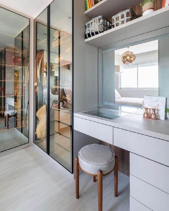 decoração moderna de closet casal com penteadeira Foto Arq Designer