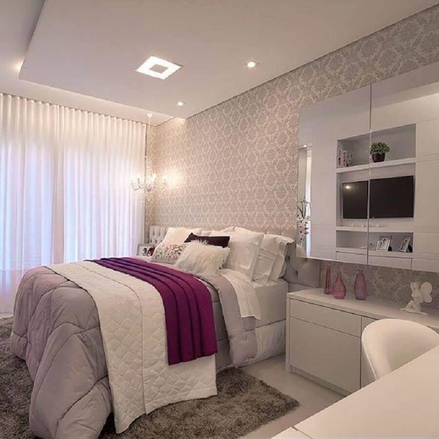 decoração para quarto de mulher com papel de parede clássico Foto Machado & Weiss