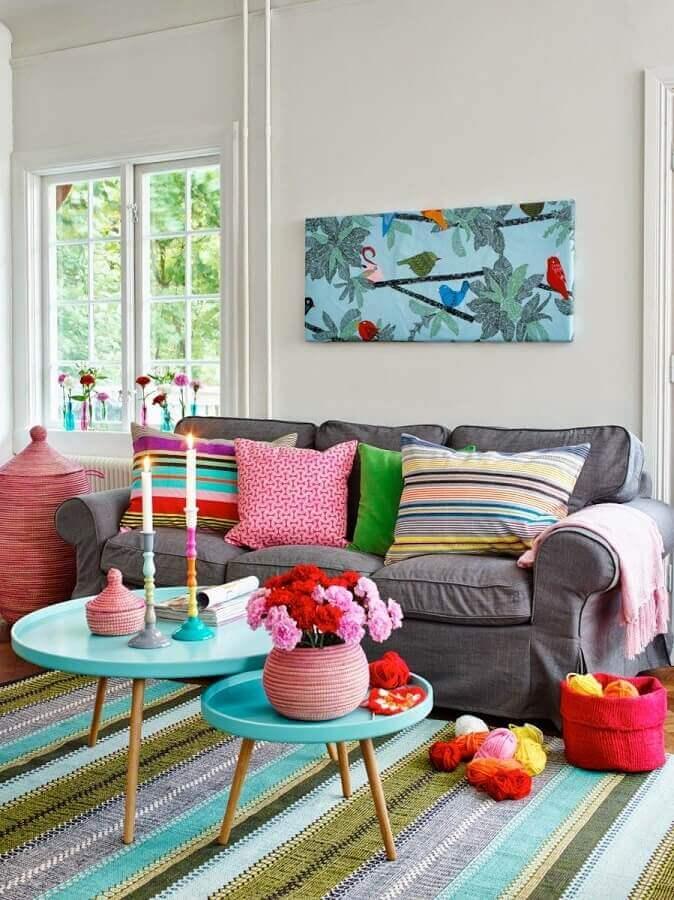 decoração para sala com mesa de centro redonda azul e tapete listrado colorido Foto Pinterest